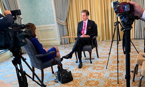 Terri Parker, WPBF-ABC25, interviews Dr. Oz at Town of Palm Beach Civic Association Annual Luncheon